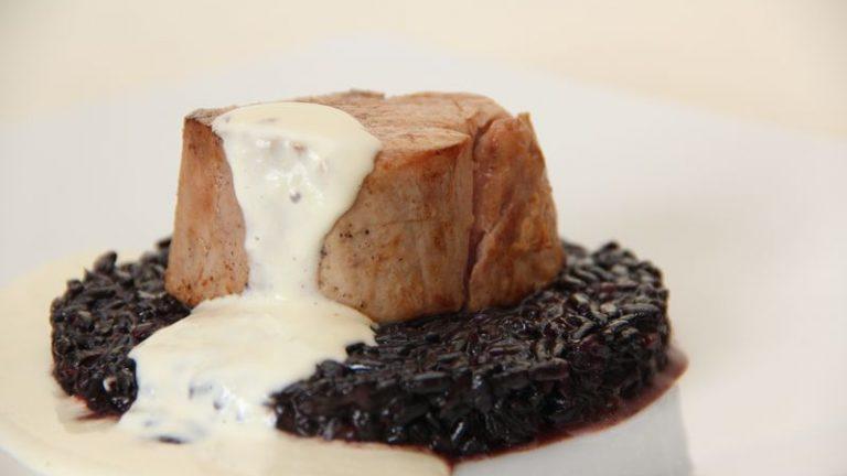 Noisette de veau basse température risotto noir crème de Parmesan
