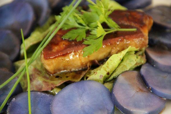 Emincé de pommes de terre bleues, escalope de foie gras poêlée