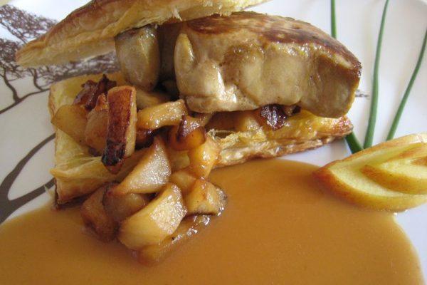 Mille feuilles de foie gras aux pommes et miel de châtaignier