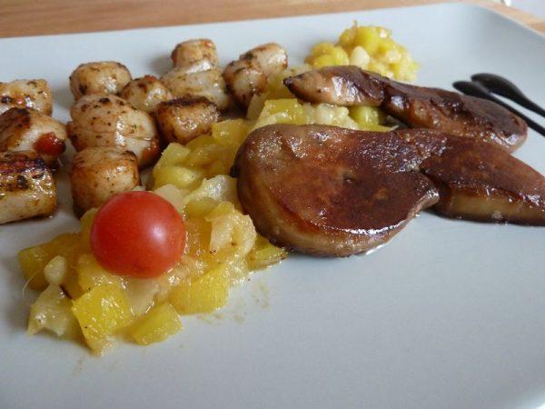 Escalope de foie gras, St jacques sur chutney de mangue et ananas