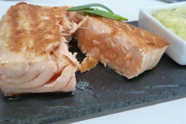 Pavé de saumon grillé, sauce béarnaise