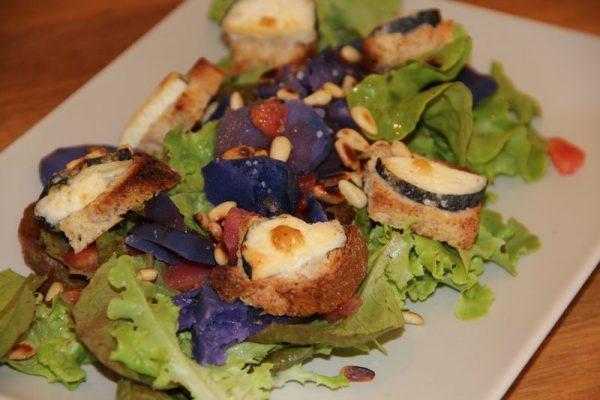 Salade de chèvre chaud aux pommes de terre bleues