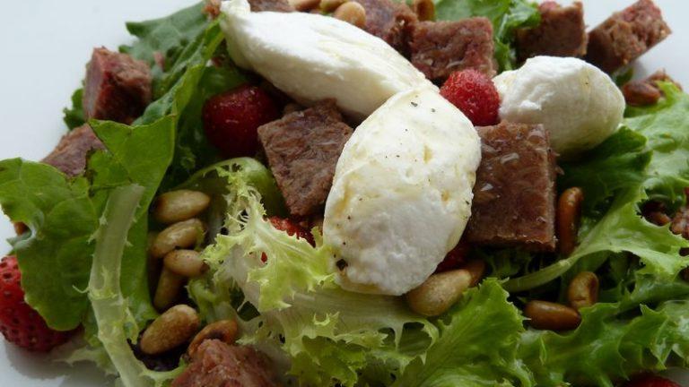 salade de boeuf cuit aux fraises