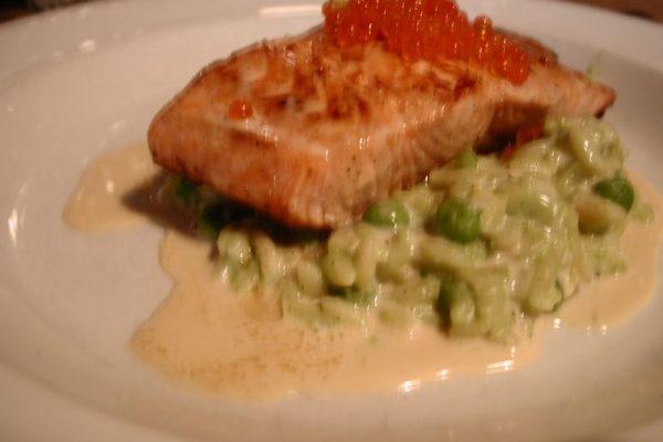 Pavé de saumon grillé, risotto aux petits pois