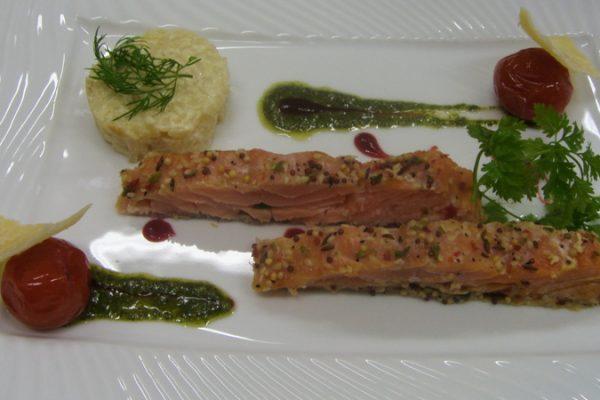 Pavé de saumon fumé à chaud, Gâteau de risotto et Pesto