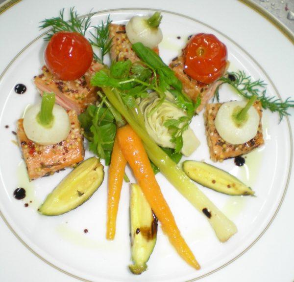 Saumon fumé à chaud, mini-légumes confits