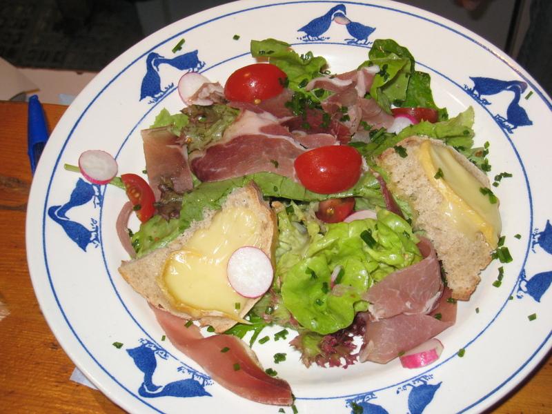 Salade d'Alpage aux croûtons de Reblochon et lamelles de jambon de pays