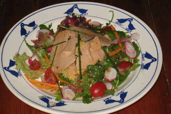 La salade folle au foie gras et aux pignons de pin