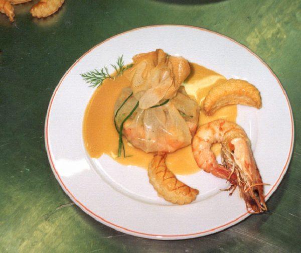 Aumônière de gambas eu beurre de crevettes et asperges vertes