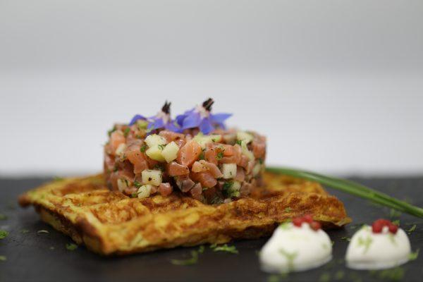 Gaufre de pomme de terre, tartare de saumon, crème yuzu