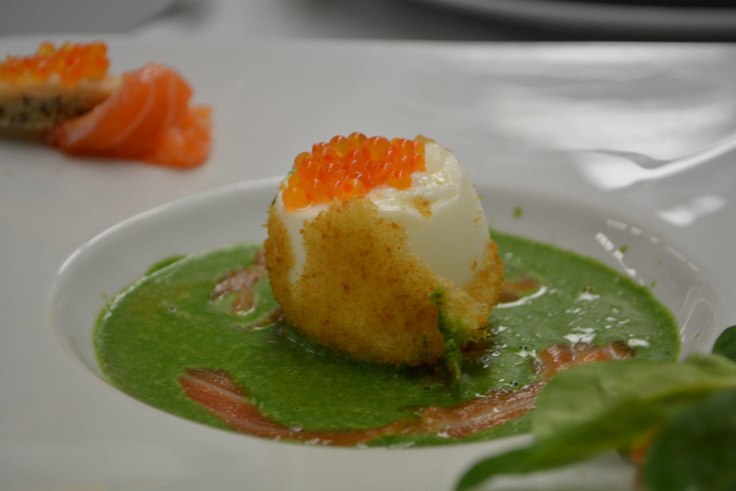 Crème de mâche nantaise à l'œuf mollet, mouillette de laitance et saumon fumé.