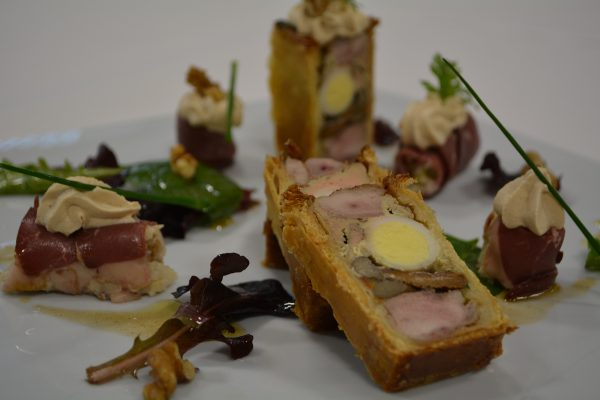 Caille et foie gras en pâté en croûte, salade simple