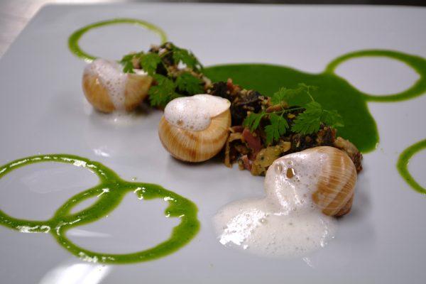 Sablé d'escargots aux champignons,crème de persil et lait d'ail