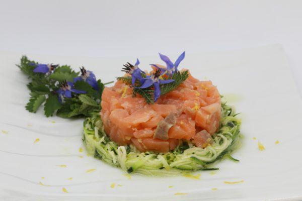 Tartare de saumon sur effiloché de courgettes à la menthe